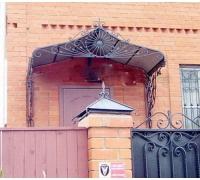 № 48. Козырек, входная дверь, ворота, забор.